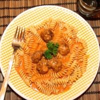 Ostakjötbollur með pasta og mjúkri tómatsósu