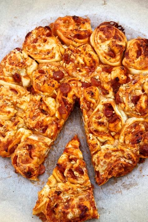 Pizzasnúðakaka með piparosti og pepperóní