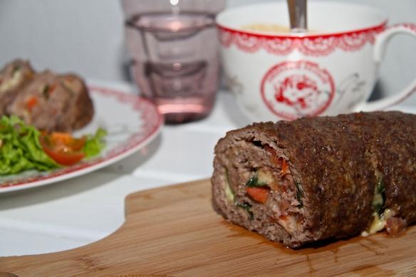Nautahakksrúlla með mozzarella, tómötum og basiliku